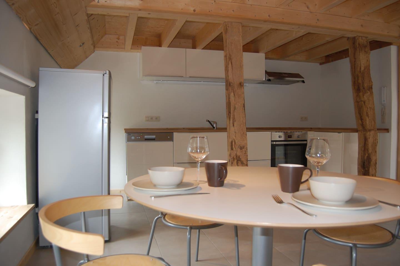La cuisine est neuve et comprend un frigo, un lave-vaisselle, un four, 4 taques à induction, un four à micro-ondes, un percolateur et une bouilloire.