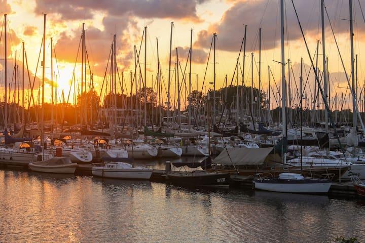 Sonnenuntergang im Jachthafen Den Osse