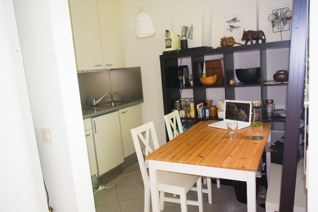 Küchenbereich mit Nespresso Kaffeemaschine und Wasserkocher.
