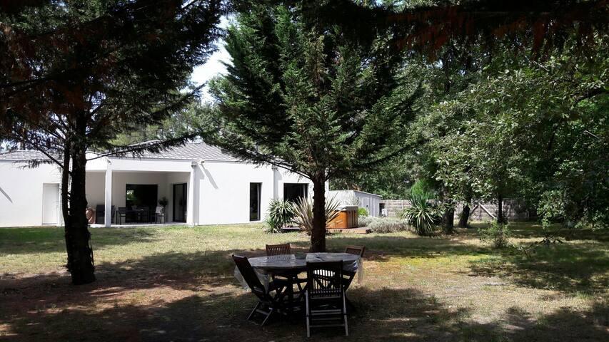 Chambre et SDB privée dans Villa (Parc, Jacuzzi)