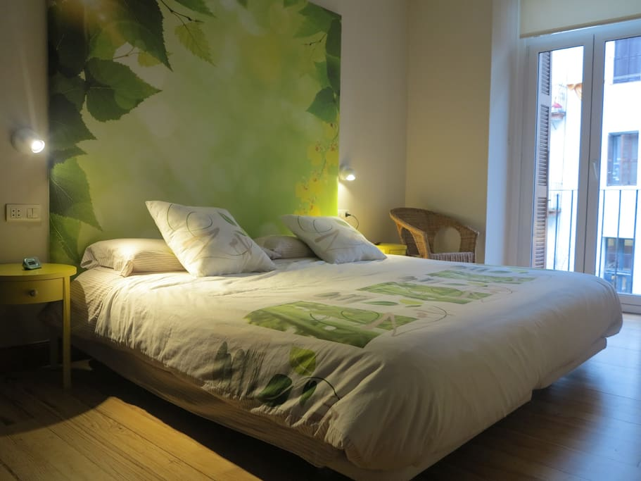 Amplia habitación, con cama doble. Armario de gran capacidad.