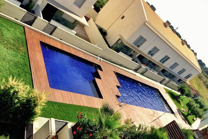 Casa,  jardín y piscina comunitaria - Torredembarra - House