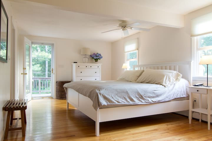 Well appointed Cotuit beach house with new AC