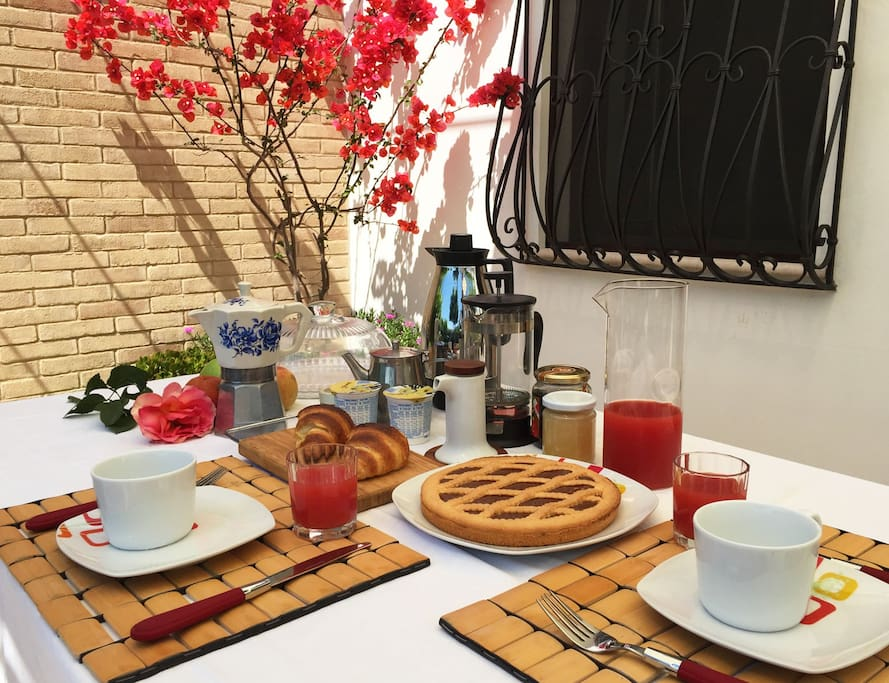 La nostra ricca colazione servita sula patio