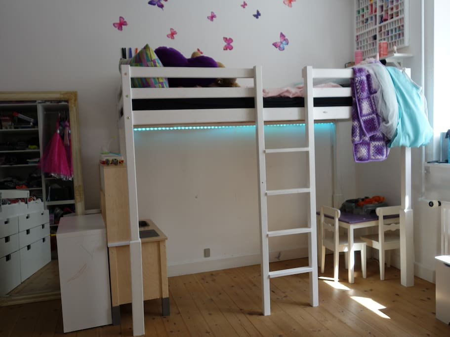Kids room with 2 beds.
