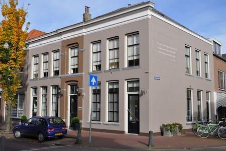 Monumentaal huis binnen de vesting - Zaltbommel
