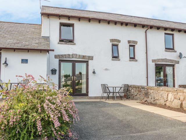 HILLVIEW, pet friendly, with a garden in Llanddulas, Ref 980355