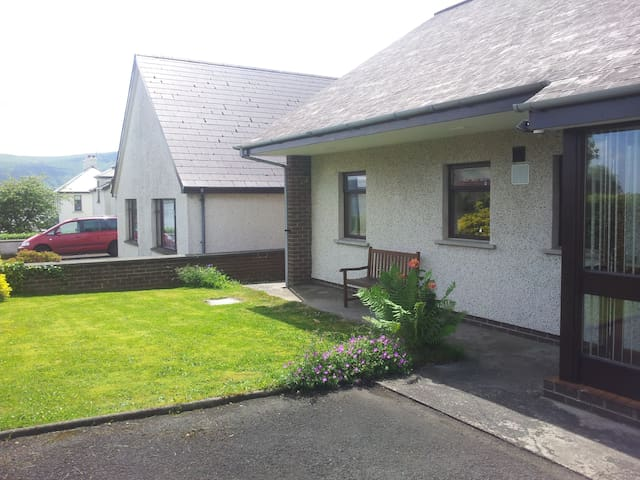 Dalriada Bungalow - Spacious Seaside Cottage - Cushendall - Bangalô