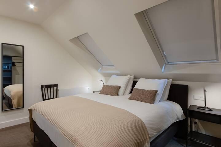 Schlafzimmer mit Boxspring 180x200 Allergikerfreundliche Bettwäsche möglich.