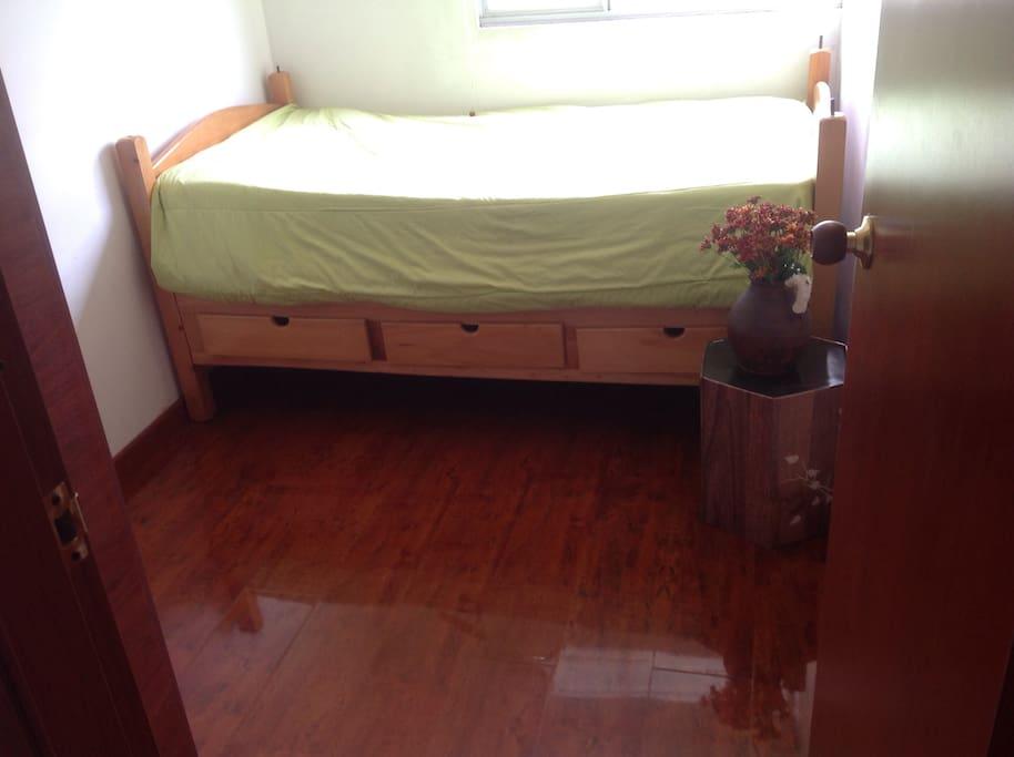 Tu agradable habitación, con excelente iluminación y muy confortable.