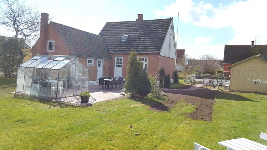 Hus til 8 i hjertet af Snogebæk - Nexø - Hus