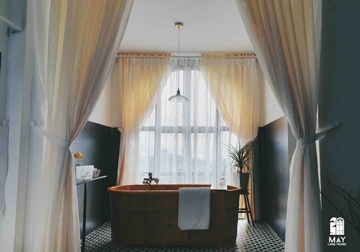 Wandering Clouds 02: valley-view room with bathtub