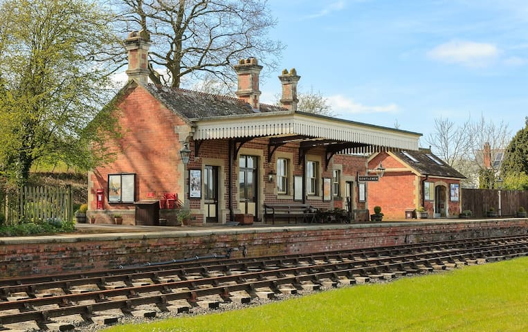 Rowden Mill Station with Parcel Office - Sleeps 6+