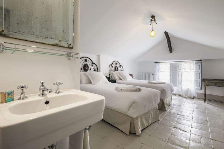 Habitaci privada 20km Granada Buhardilla Zujaira