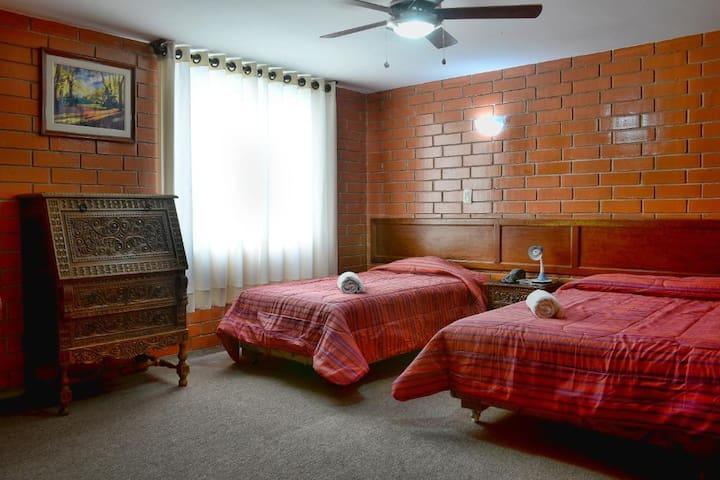 Habitación con una cama Doble y una cama Individual
