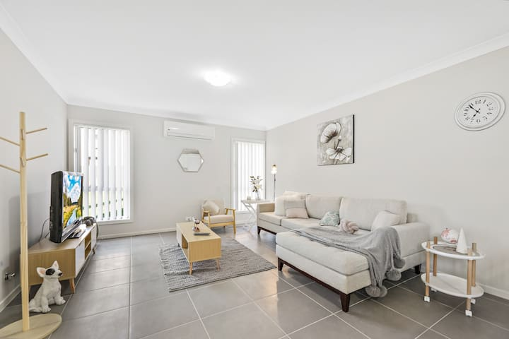 Brand New Large House near Uni,Tafe & Penrith