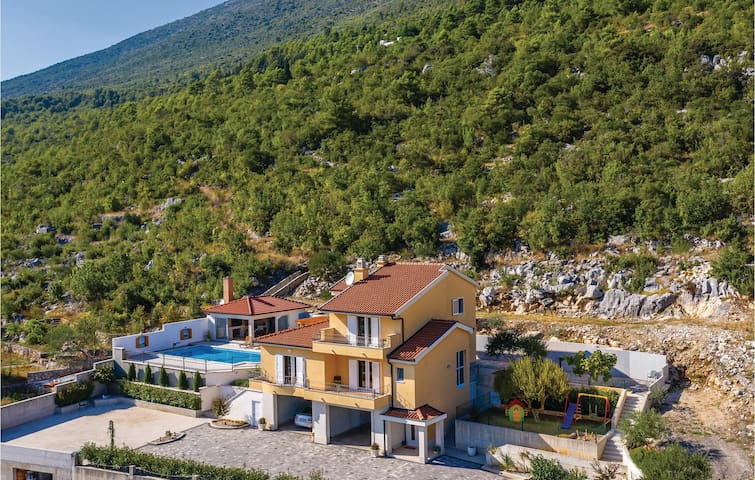 Holiday cottage with 4 bedrooms on 262m² in Vrgorac