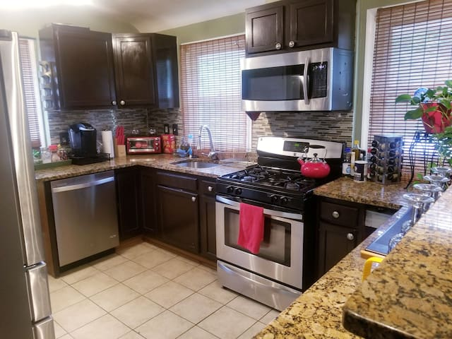 LG 3BR Home w/Qn Beds, NearTrain&Hwys,5 mins to DC