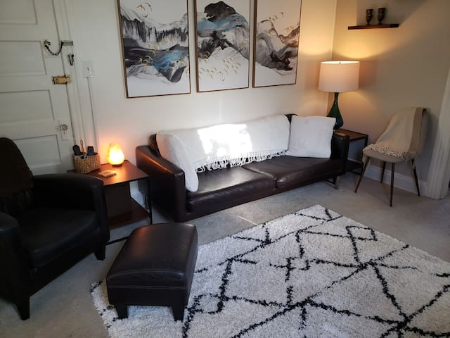 Stylish 1 bedroom apartment in ideal location!