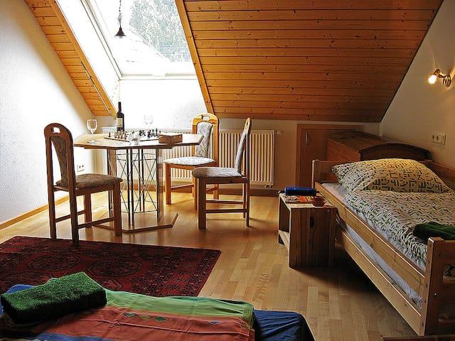 Die Sprachpension - The Language Guesthouse, (Vogtsburg-Oberrotweil), Familienzimmer mit Dusche/Badewanne/WC auf der Etage