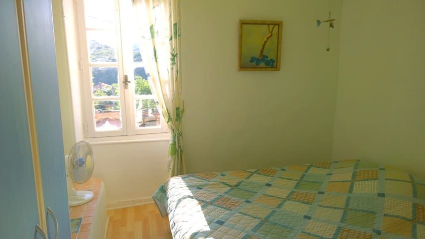 Sunny single room in traditional vintners house - Bédarieux - บ้าน