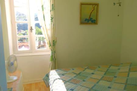Sunny single room in traditional vintners house - Bédarieux - Hus
