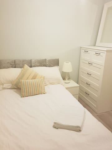 Cosy Double Room 15mins from Airport and City