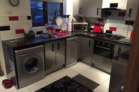 Double room in cul-de-sac near Wakefield centre - Wakefield - Huis