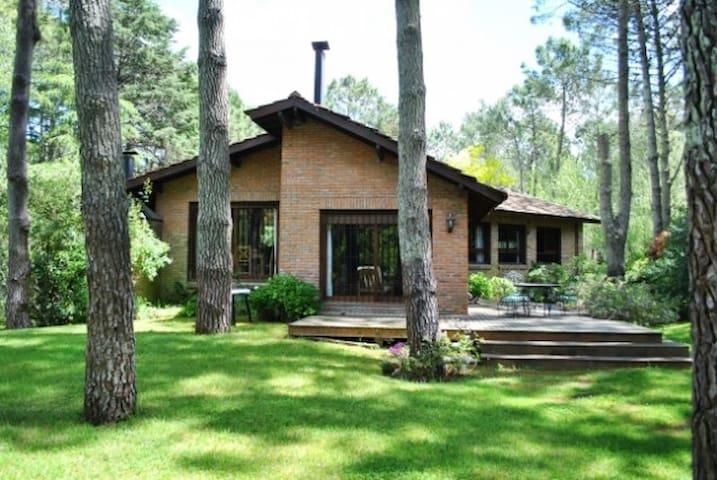 Casa con jardín arbolado - Cariló - Hus