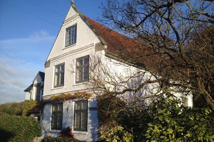C17th Family House Sleeps 12 near Alton Towers