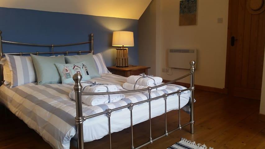 Large double bedroom with en-suite bathroom