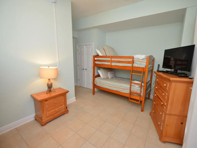 Bedroom on 1st floor (2 bunks)