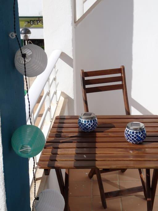 Terraza- balcón con mesa, sillas y fantásticas vistas al mar
