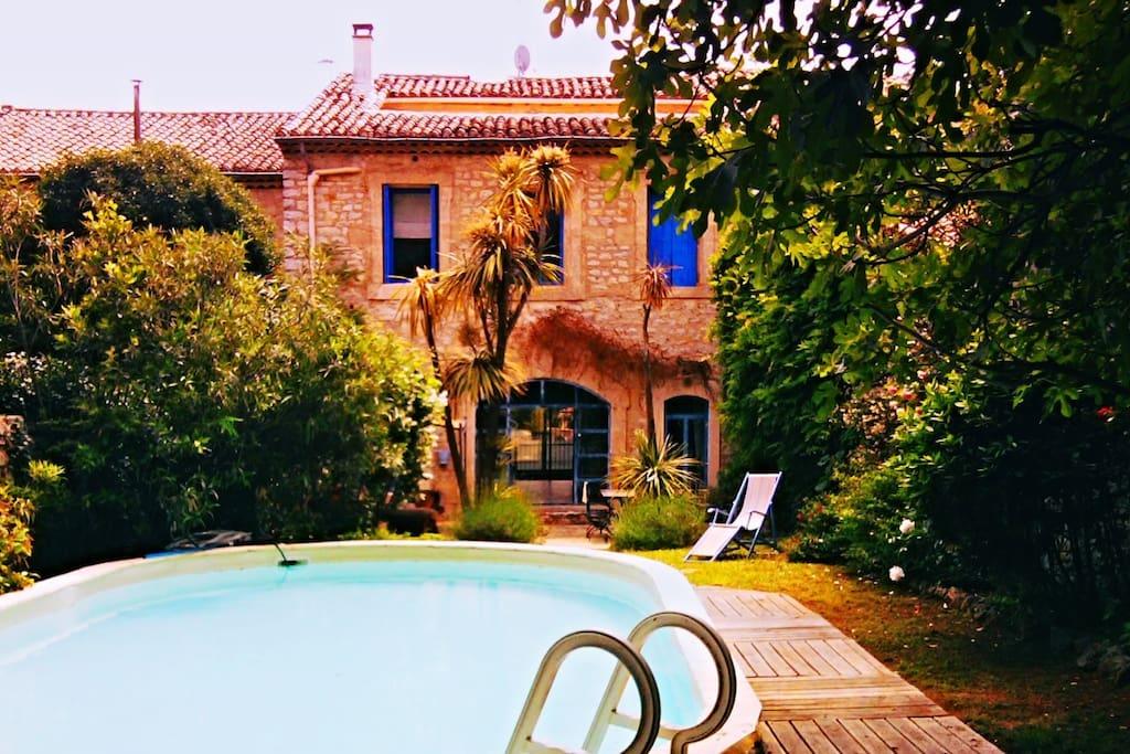 La maison vue du jardin .