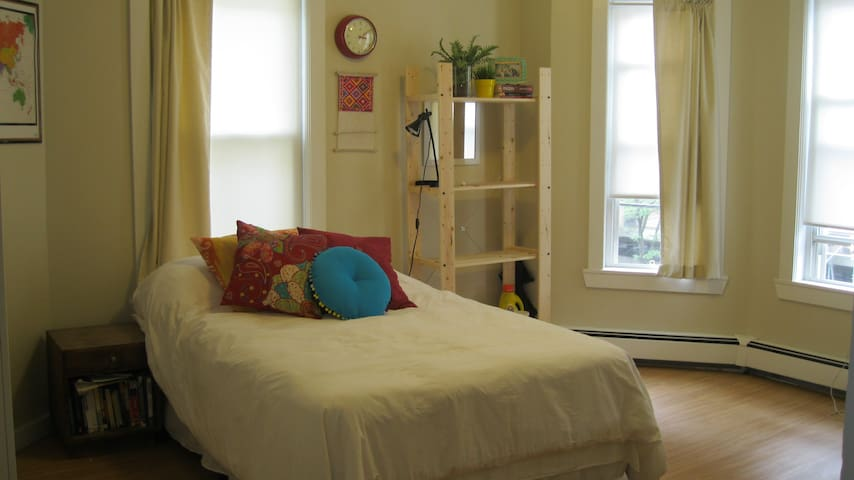 Spacious and bright room in a convenient area