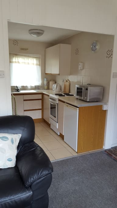 Fully equipped kitchen, electric cooker, microwave.