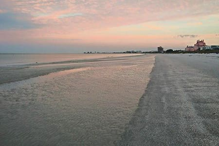 SeaScape Island Beach house -sleeps 4 w/bikesN12 - St. Pete Beach