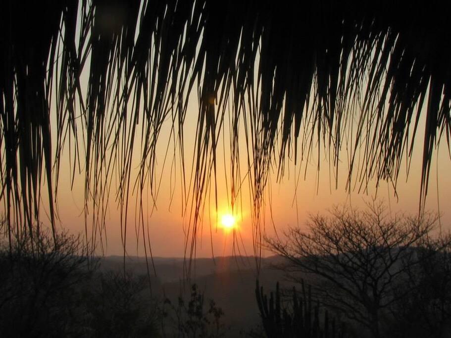 Vista del amanecer, en tiempo de secas, desde La Terraza Celestial comunitaria