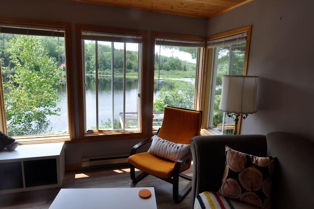 Une vue magnifique sur le lac, assis à la table ou au salon