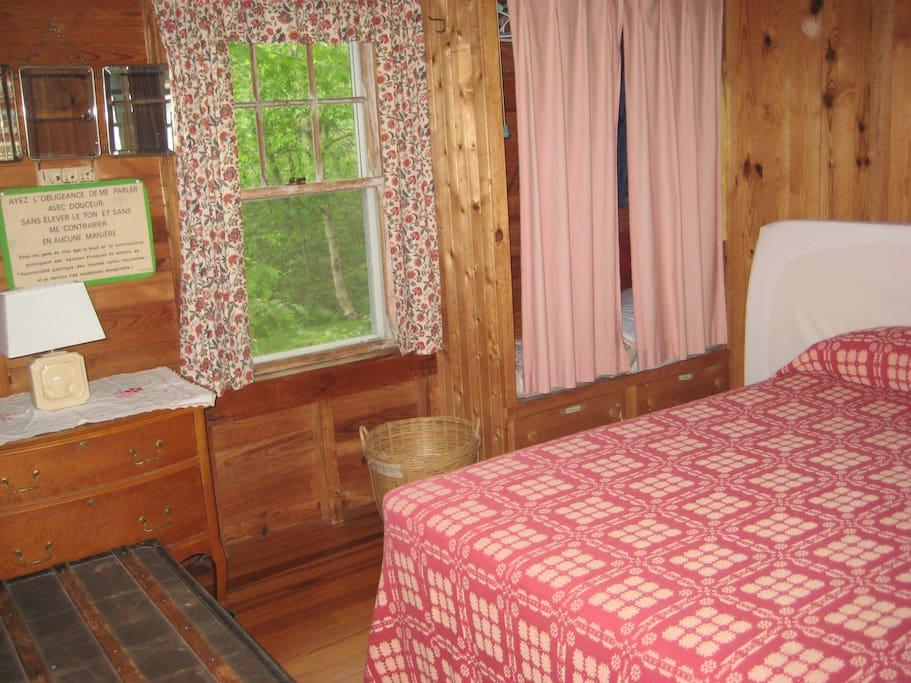 Bedroom w/double bed.