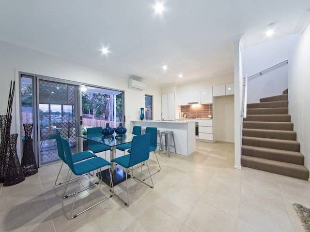 Beautiful Brand New Townhome - Mount Gravatt East - Townhouse