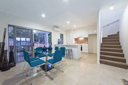 Beautiful Brand New Townhome - Mount Gravatt East - Adosado