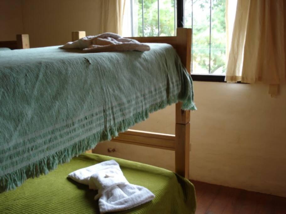 habitación con camas simples