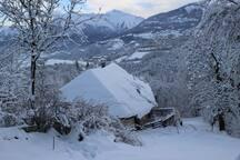 La maison d'un voisin devant la notre en hiver.