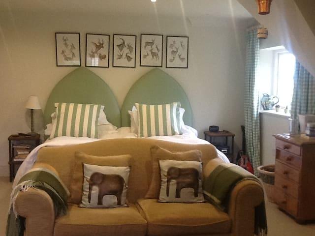 Double en suite Bedroom (other rooms too) - Chelworth - Bed & Breakfast