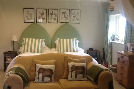 Double en suite Bedroom (other rooms too) - Chelworth - Bed & Breakfast
