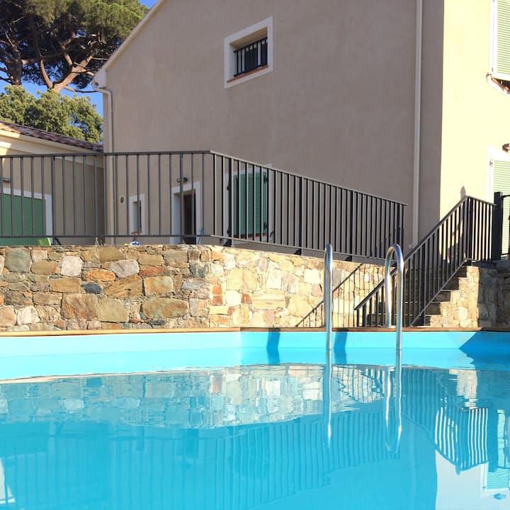 Maison jardin et piscine privés 10min de la plage