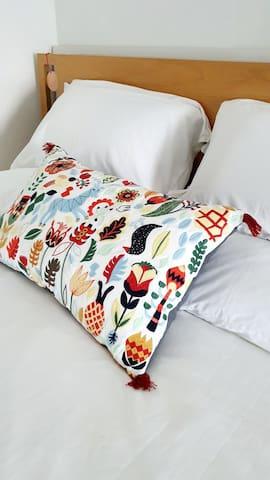 시몬스침대로 편안하게..  복층 한 켠에 마련된 침실입니다. 숙면을 취할 수 있었습니다  침대는 #시몬스 퀸사이즈로  포근하게 감싸주는 건강한 잠자리를 마련하였습니다.  침구는 부분적으로 일본 출장시 무인양품(muji)으로 오가닉 코튼 워싱면을 사용하고 있습니다.   복층에는  LG공기청정기를 설치했습니다.  태국 - 행운 가득한 코끼리 미국 브루클린 - 멘하탄 사진 액자(침대 옆)