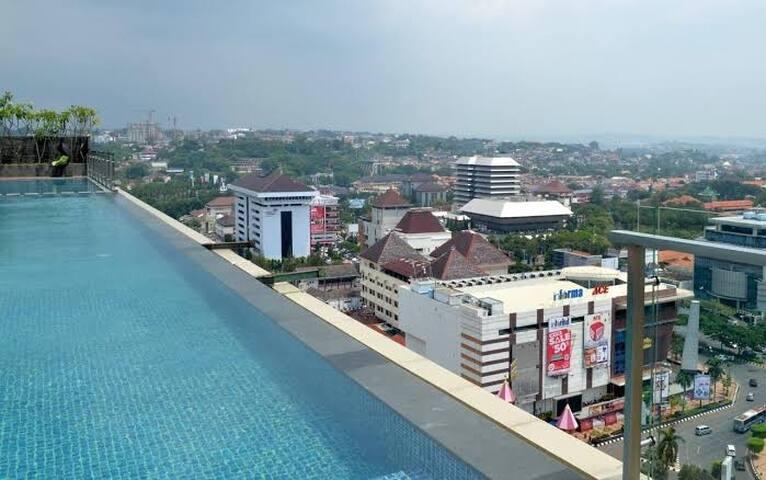 View Simpang 5 dari SkyPool (lantai 23)