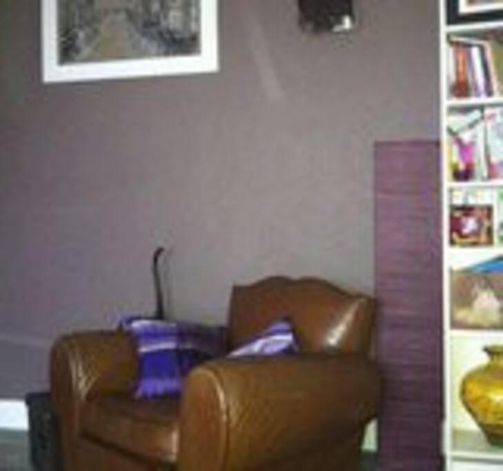le salon avec un fauteuil confortable